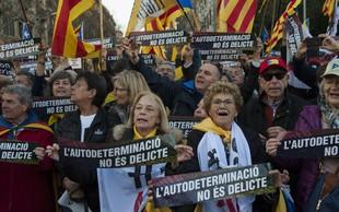 Pod sloganom Samoodločba ni zločin so v Barceloni protestirali proti sojenju katalonskim voditeljem
