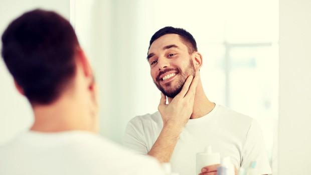 Moški naj se brijejo pred zajtrkom, saj tako obstaja manjša možnost, da se porežejo