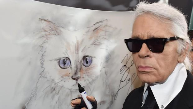 Karl s sliko svojega ljubljenega  mačka, ki jo je narisal sam. (foto: Profimedia)