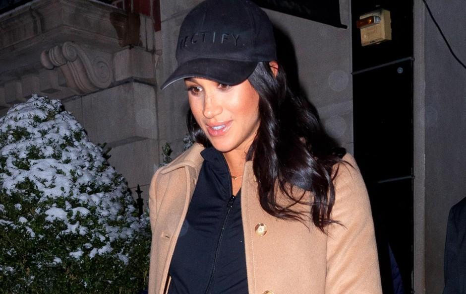 Meghan odhaja iz hotela Mark in se ljubeče drži za nosečniški trebušček. (foto: Profimedia)