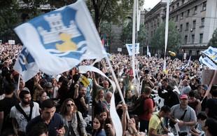 V Srbiji vre: protesti se nadaljujejo in širijo, po Beogradu lepijo nalepke z Vučićevimi lažmi