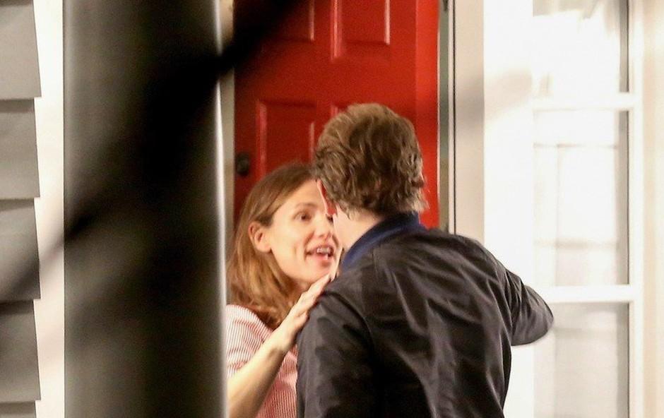 Bradley Cooper spet v objemu druge ženske (foto: Profimedia)