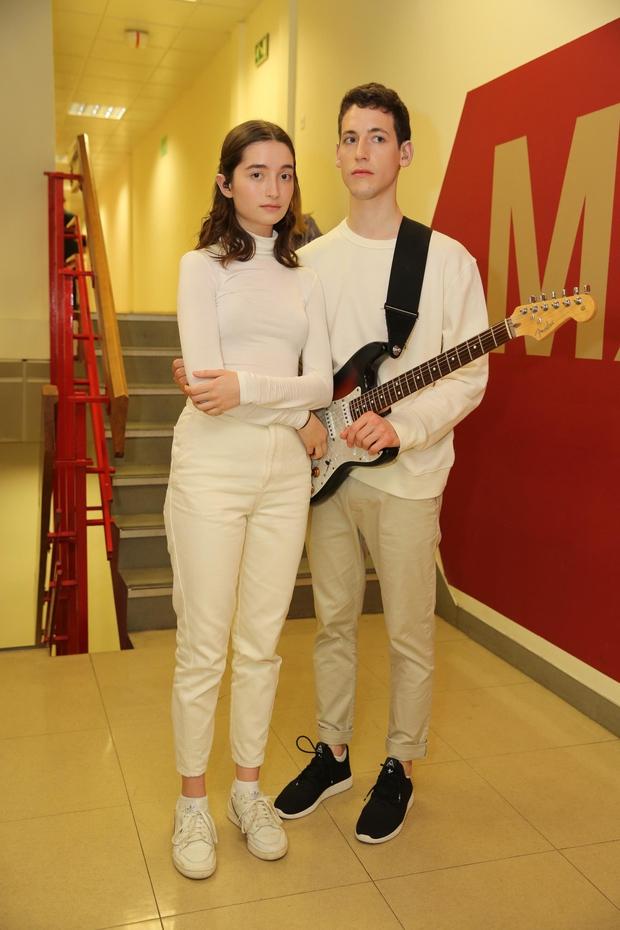 VIOLINA, KLAVIR, KITARA Zala se je v glasbeni šoli učila violino, zdaj igra klavir in kitaro. Gašper pa je šolan kitarist, saj igra kitaro že od rosnih let, blizu pa so mu tudi vsa druga glasbila. (foto: Helena Kermelj)