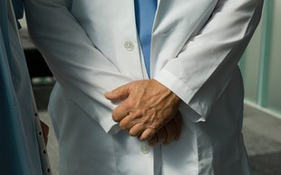 Zdravnik za otipavanje mladoletne bolnice dobil 18-mesečno pogojno zaporno kazen