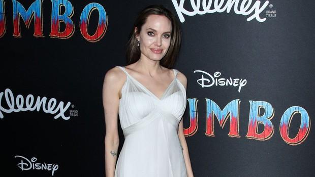"""Angelino Jolie tokrat za pozornost """"prikrajšali"""" kar njeni otroci (foto: Profimedia)"""