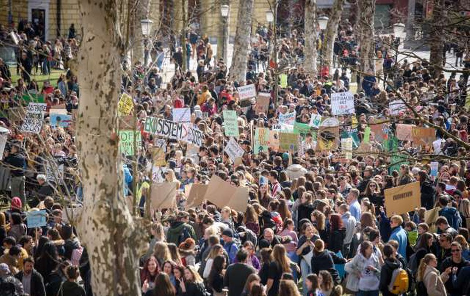 Ljubljana: Mladi na pisanem in glasnem protestu zahtevali podnebno pravičnost! (foto: STA)