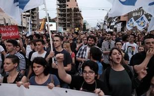 Protestniki obkolili predsedniško palačo in zahtevali Vučićev odstop