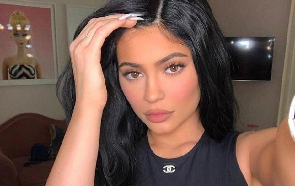 """Ne le da je najmlajša milijarderka, Kylie Jenner je očitno pri svojih 21 letih tudi odlična kuharica. Mlada mamica kuha in svoje jedi objavlja na družabnih omrežjih, tako da lahko njeni sledilci vidijo, kaj pripravlja za svoje najdražje. Na svoji spletni strani objavlja recepte pod Kuhajte s Kylie. """"Zame je kuharija zelo terapevtska,"""" pravi mladenka in dodaja, da je vesela, ker zna kuhati, da bo lahko razvajala svoje otroke. (foto: Profimedia Profimedia, Backgrid Uk)"""
