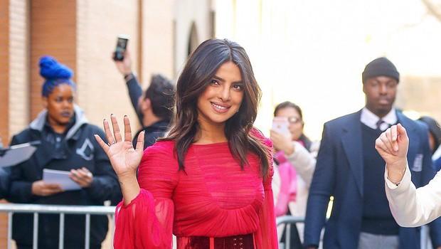 Priyanka Chopra na ulicah New Yorka v prozorni obleki! (foto: Profimedia)