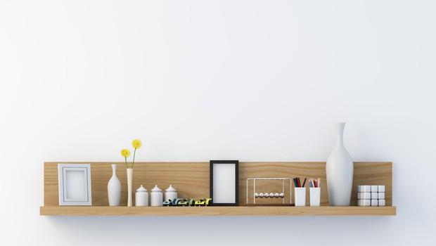 Stilsko dovršena polica v dnevni sobi. (foto: Shutterstock)