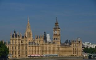 Živahno dogajanje ob Brexitu na političnem parketu se je preneslo tudi v stavnice