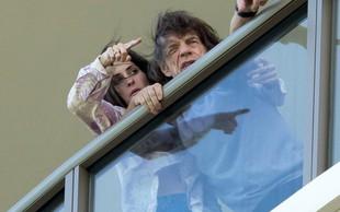 Mick Jagger dobro okreva v družbi 43 let mlajše žene