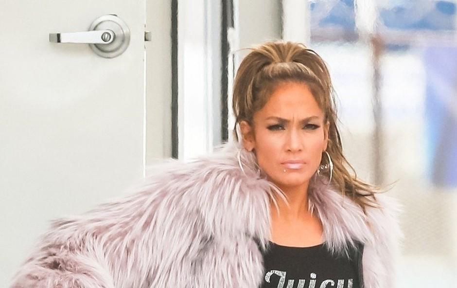 Jennifer Lopez na pragu 50 let zažiga s postavo v kopalkah (foto: Profimedia)