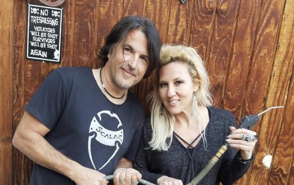 Eva je svoje znanje kar tri tedne izpopolnjevala pod mentorstvom mojstra izdelovanja unikatnih kitar Lea Scale. (foto: Osebni Arhiv)