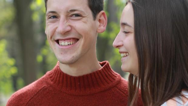 Srečna zaljubljenca sta  sproščena in prijazna  na vsakem koraku. (foto: Goran Antley)