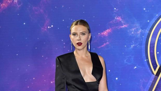Scarlett Johansson verjetno še nikoli ni imela tako zapeljivega dekolteja (foto: Profimedia)