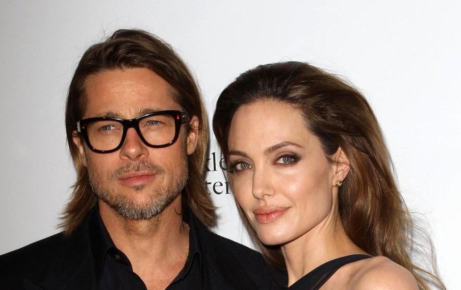 Angelina Jolie si želi nazaj v objem Brada Pitta, zato ves čas zavlačuje ločitveni postopek (foto: Profimedia)