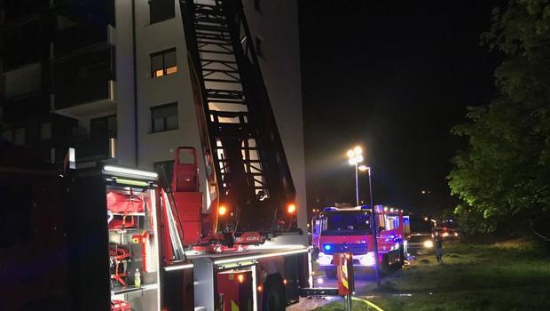 Burna noč v Novih Jaršah: Zaradi požara evakuirali 93 ljudi, dve stanovanji uničeni (foto: Gasilska brigada Ljubljana)
