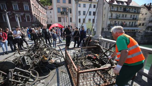 V Ljubljanici je po zaslugi potapljačev za tono manj koles, vozičkov, prometnih znakov ... (foto: STA/Anže Malovrh)