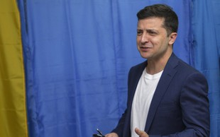 Projekcija kaže, da je na predsedniških volitvah v Ukrajini z veliko prednostjo  zmagal Zelenski
