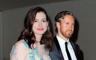 Anne Hathaway več ne skriva nosečniškega trebuščka!