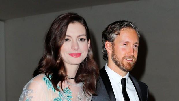 Anne Hathaway in Adam Schulman Prek skupnih prijateljev je igralka Anne Hathaway (36 let) spoznala svojega soproga Adama Schulmana (38 let). Bilo je leta 2008, poročila pa sta se štiri leta pozneje. (foto: Profimedia Profimedia, Splash - Aktivní)