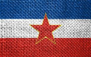 Incident na vrhu Velebita: Slovenski turisti razburili z zastavo nekdanje Jugoslavije!