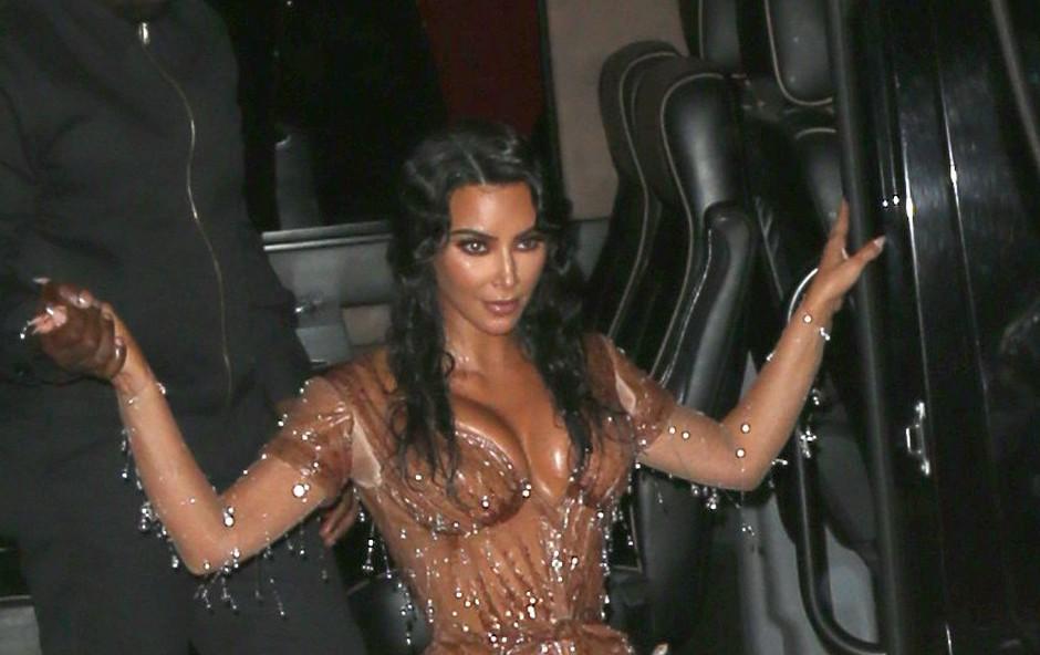 Kim Kardashian si zaradi bolezni šminka celo telo! (foto: Profimedia)