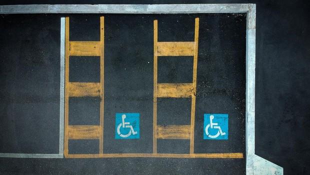 """""""Parkiraj izgovore drugam, ne na mesta rezervirana za invalide!"""" (foto: profimedia)"""