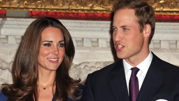 Princ William in Kate Middleton na dan uradne zaroke. Na njeni roki se bohoti prstan princese Diane. (foto: Profimedia Profimedia, Press Association)