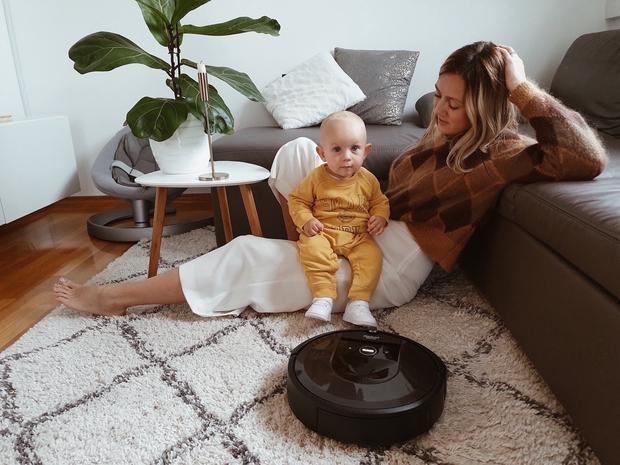 """Blogerka Alja Perne: """"Kljub dojenčku so tla vsak dan povsem čista"""" (foto: iRobot Roomba Press)"""