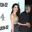 Amal Clooney blestela na premieri filma Kavelj 22