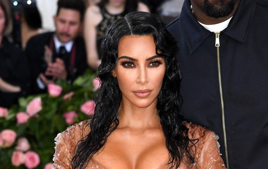 Kim Kardashian pozornost pritegne, tudi če si obuje zgolj superge (foto: Profimedia)