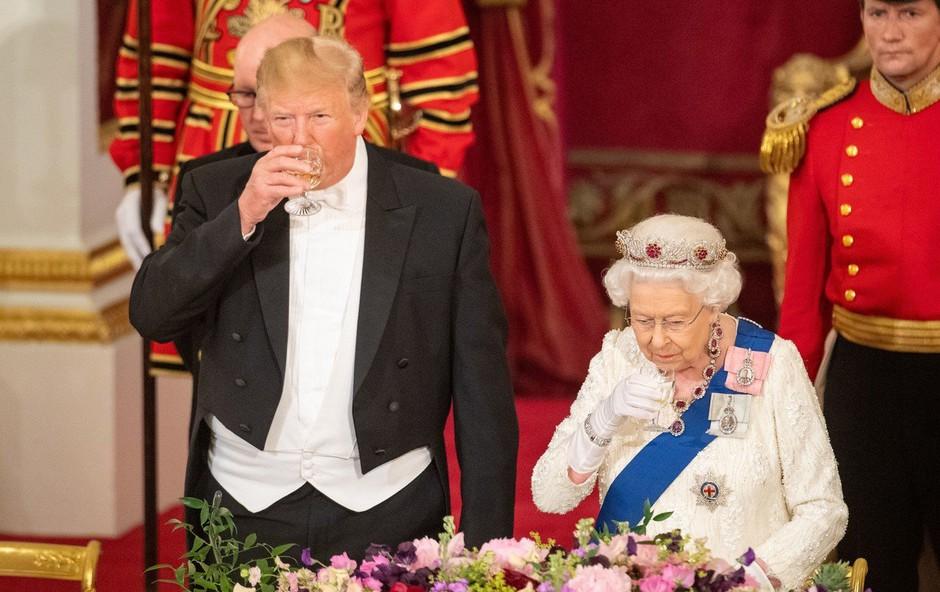 Trumpa doletele kritike zaradi načina rokovanja s kraljico Elizabeto (foto: Profimedia)