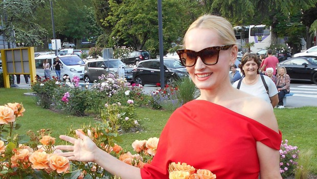 Tanja Ribič posadila vrtnico Portorož. (foto: Alpe)