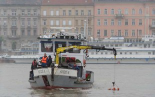Po nesreči v Budimpešti so iz Donave začeli dvigovati ladjo