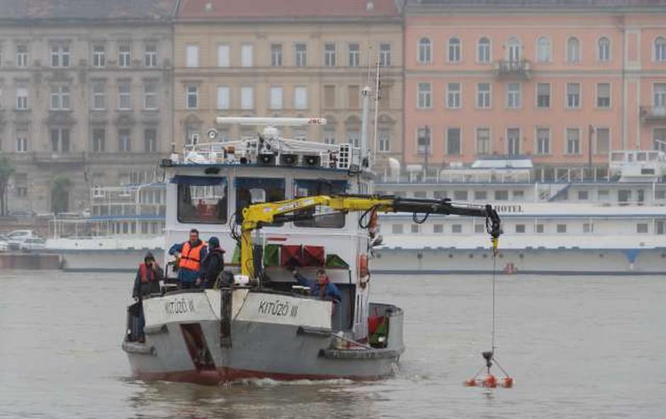 Po nesreči v Budimpešti so iz Donave začeli dvigovati ladjo (foto: STA)