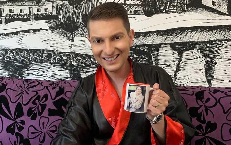 Damjan Murko na trg pošilja svoje skodelice z napisom Posrkaj me! (foto: Apo)