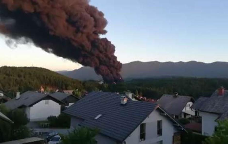 Prve raziskave po požaru tovarne v Podskrajniku niso pokazale večjih nevarnosti (foto: STA)