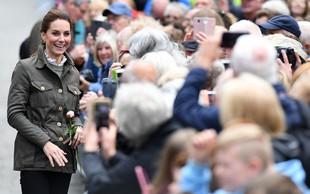 Kate Middleton je tudi v navadnih kavbojkah videti naravnost odlično!