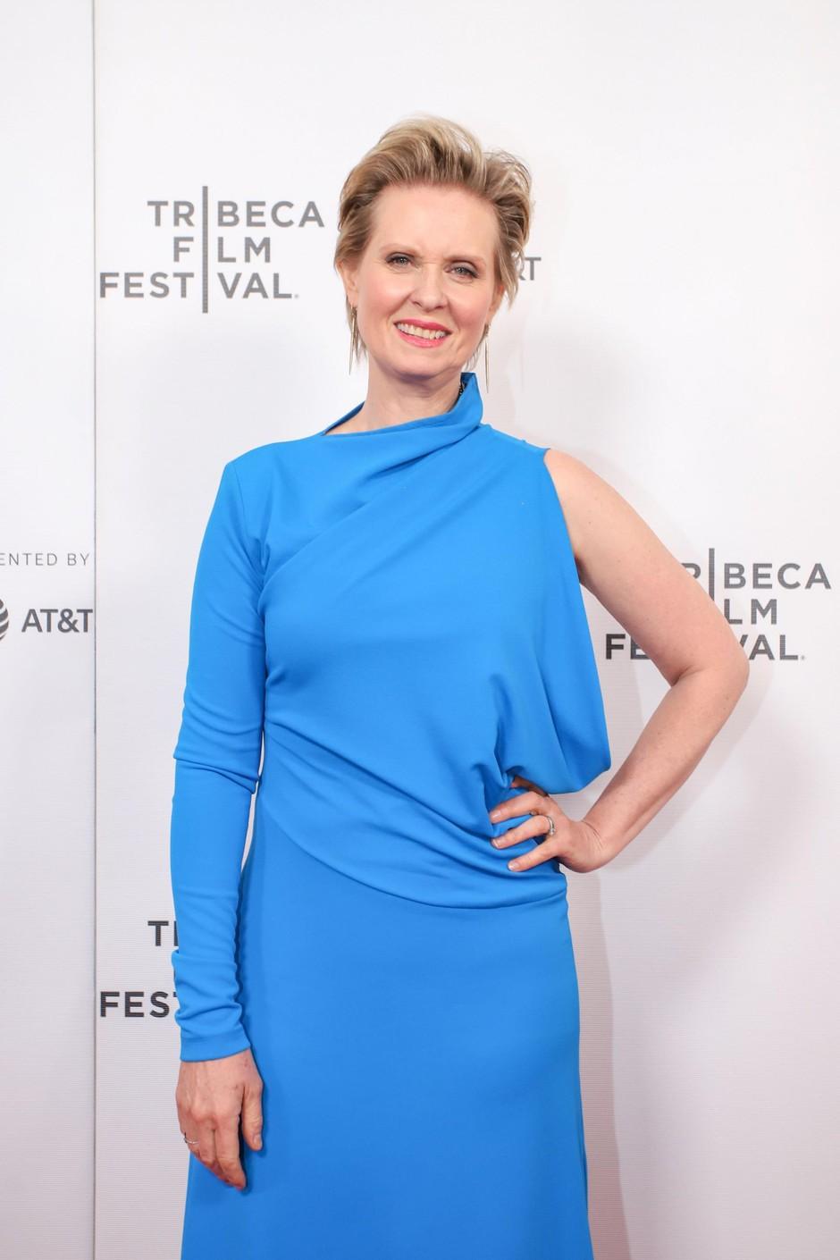 Cynthia Nixon<br />Vsi poznamo igralko Cynthio Nixon (53 let) po vlogi Mirande v seriji Seks v mestu. Leta 2006 je izvedela, da ima raka na dojki. Tudi njena mama ga je imela in po tem, ko ga je Cynthia premagala, je postala aktivistka v boju proti tej nevarni bolezni. (foto: Profimedia Profimedia, Splash - Aktivní)