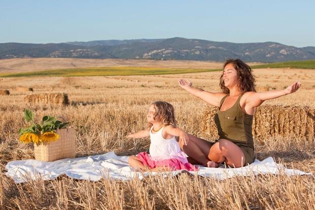 Mariam Gates v slikanici z jogo za otroke - za dobro jutro in lahko noč! (foto: profimedia)