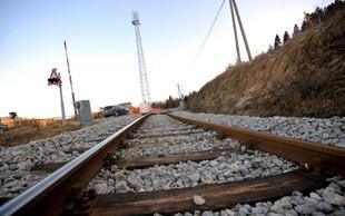 Po iztirjenju tovornega vlaka pri Hrastovljah kerozin še odteka v tla