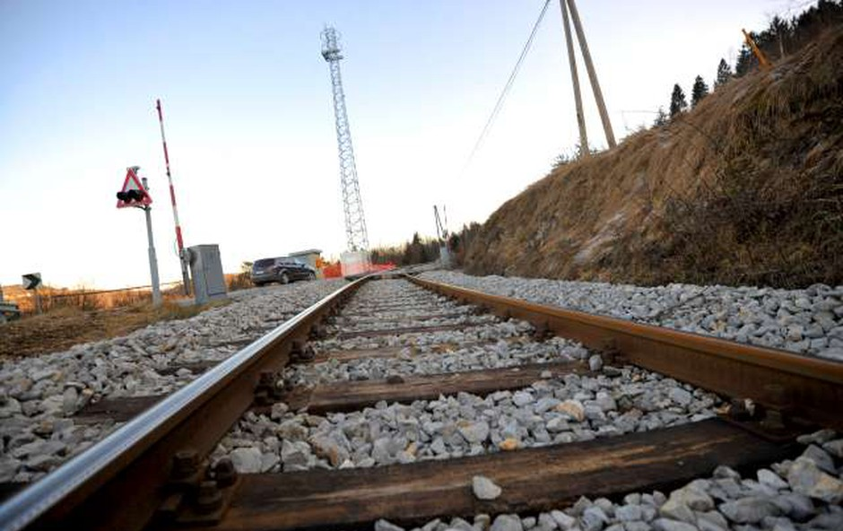 Po iztirjenju tovornega vlaka pri Hrastovljah kerozin še odteka v tla (foto: STA)