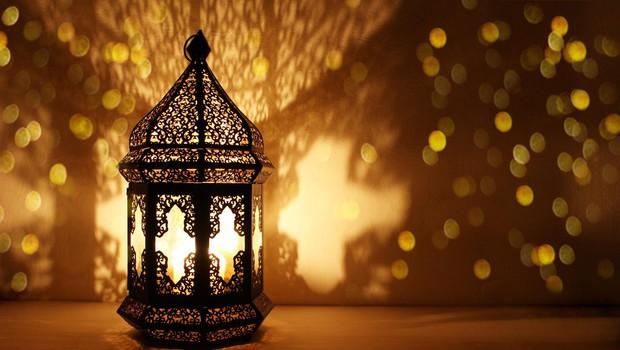 Goreča svečka bo v lanterni na varnem, pa še čudovita igra senc se bo ustvarila. (foto: Shutterstock)