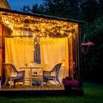 Kombinacija različnih oblik osvetlitve je dobrodošla za ustvarjanje različnih ambientov. (foto: Shutterstock)