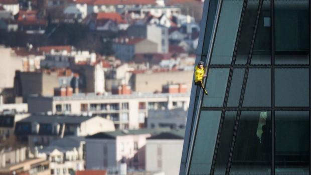 Avanturistični plezalec brez zaščite plezal po najvišjem nebotičniku v Veliki Britaniji (foto: profimedia)