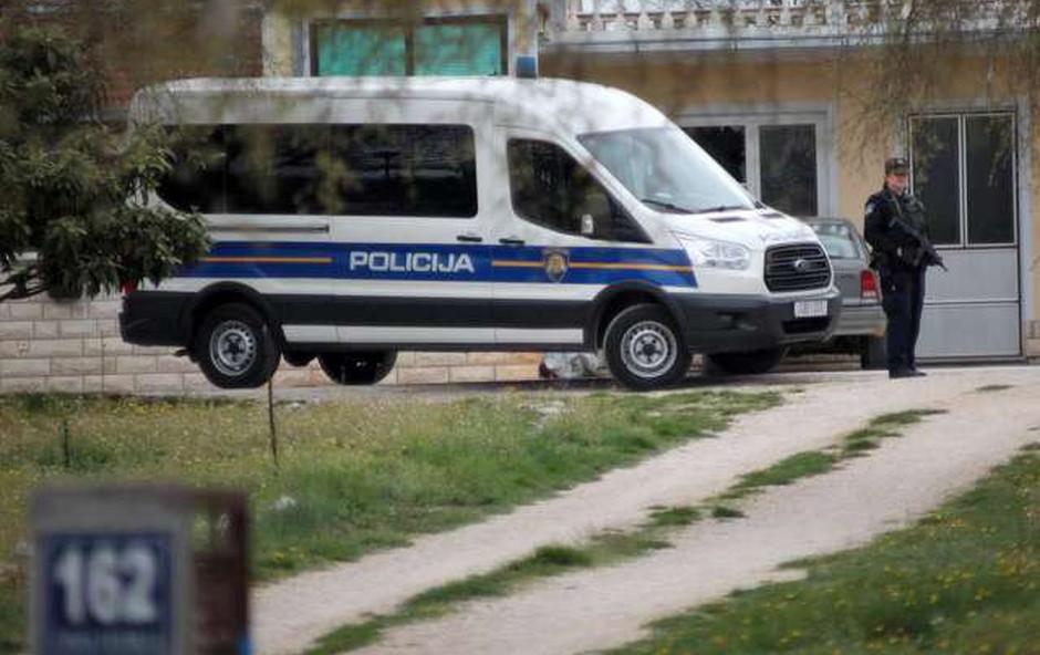 61-letni moški, ki je v Djakovu ubil socialno delavko, je bil pogosto pijan in agresiven (foto: HINA/STA)