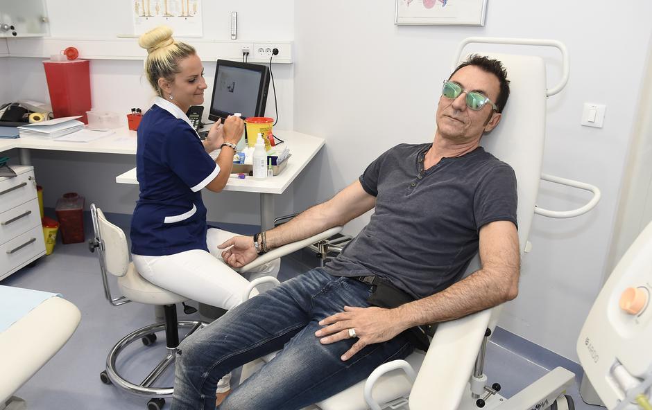 Režiser in igralec Branko Đurić - Đuro je obiskal Medicinski center Barsos (foto: Barsos press)