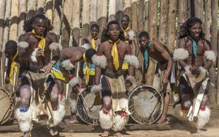 Ruandčani depresijo zdravijo s soncem, bobni in druženjem!